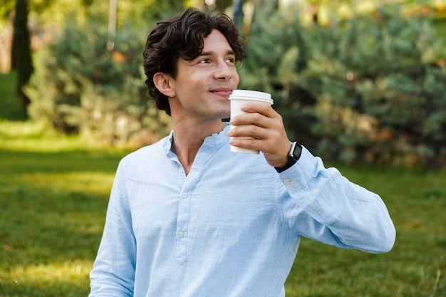 Knappe casual jongeman koffie drinken