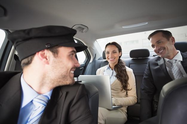 Knappe chauffeur lachend naar klanten