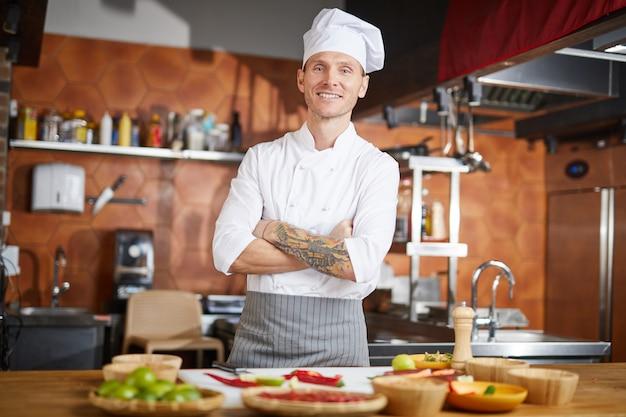 Knappe chef-kok poseren