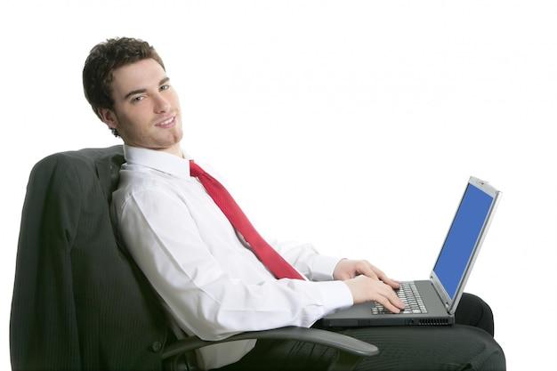 Knappe de zakenman zit stoel werkende laptop