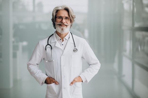Knappe dokter van middelbare leeftijd in een ziekenhuis