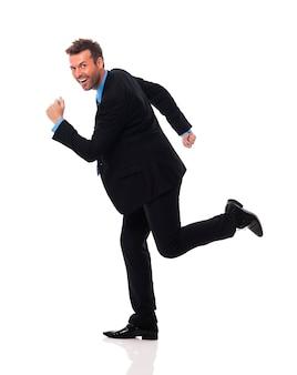 Knappe en glimlachende zakenman schiet op