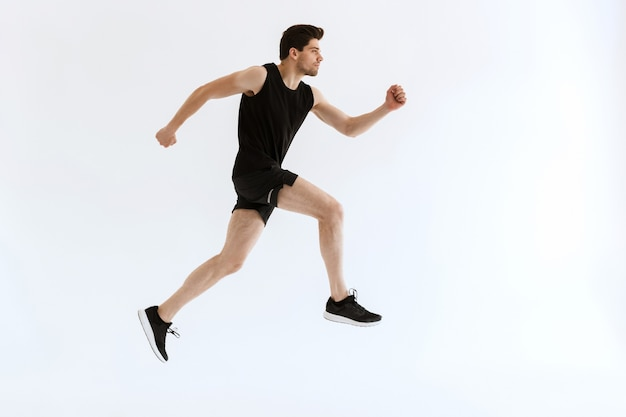 Knappe geconcentreerde jonge sterke sportman loopt en.