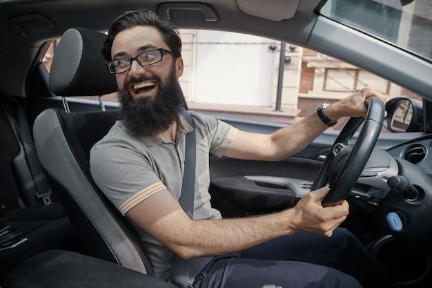 Knappe, gelukkige man besturen van de auto