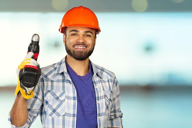 Knappe gelukkige werkman met helm