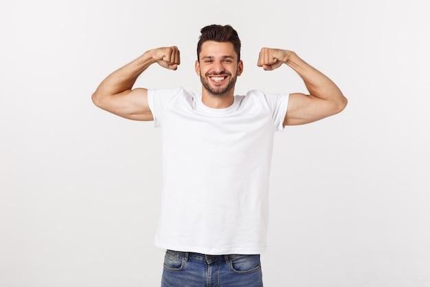 Knappe geschikte jonge grappige bebaarde man wijst naar zijn biceps en glimlachen