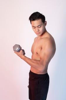 Knappe gespierde fitness man