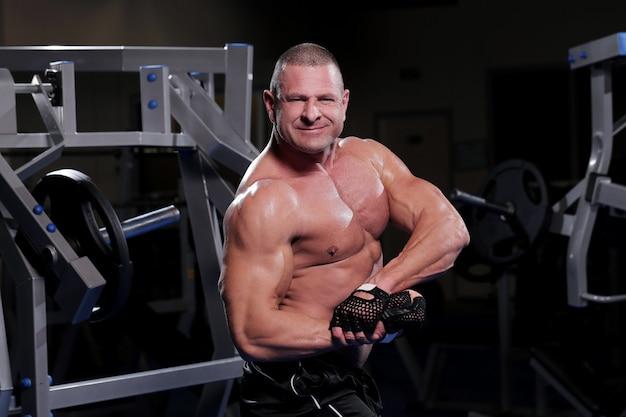 Knappe gespierde man in een sportschool