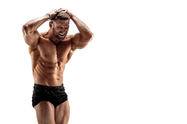 Knappe gespierde shirtless man buigen zijn spieren geïsoleerd op wit.