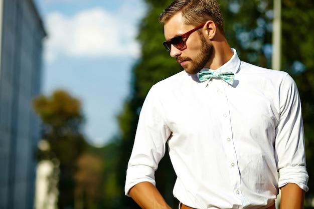 Knappe hipster model man in stijlvolle zomer kleding poseren in zonnebril