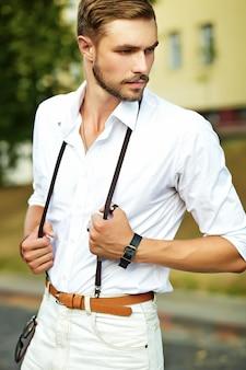 Knappe hipster model man in stijlvolle zomer kleding poseren