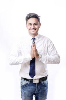 Knappe indiase jongeman met wit overhemd en stropdas
