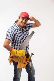 Knappe indiase timmerman of houtbewerker in actie, geïsoleerd