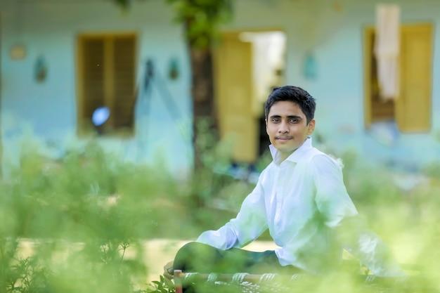 Knappe indische jonge jongen die wit overhemd draagt