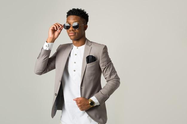 Knappe jonge afrikaanse man in pak