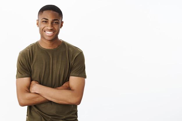 Knappe jonge afro-amerikaan met kaki t-shirt