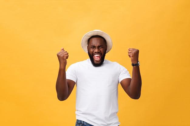 Knappe jonge afro-amerikaanse werknemer van de man gevoel opgewonden, actief gebaren