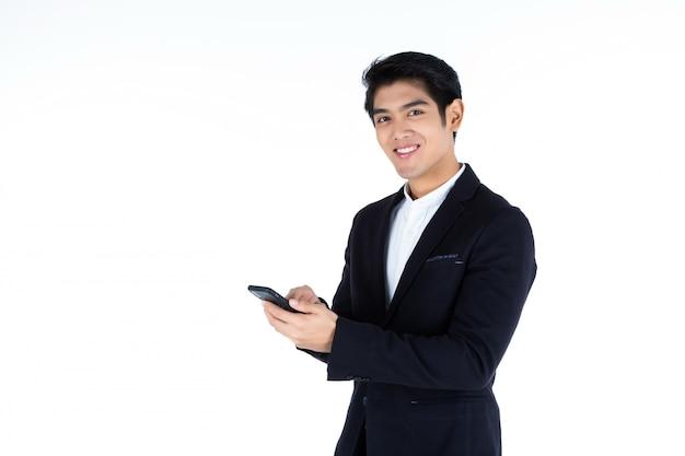 Knappe jonge aziatische zakenman met smartphone