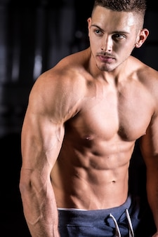 Knappe jonge bodybuilder