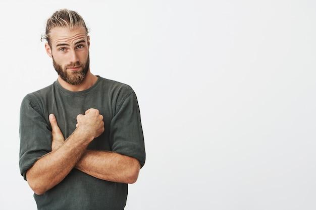Knappe jonge hipster man poseren