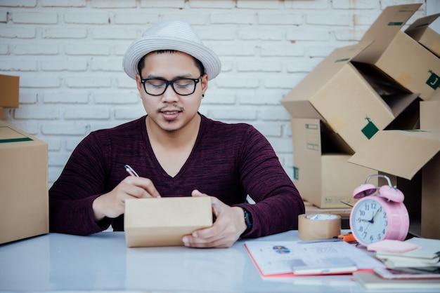 Knappe jonge man aan het werk met papieren
