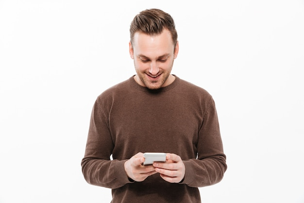 Knappe jonge man chatten via de mobiele telefoon