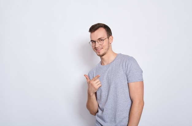 Knappe jonge man gebaren geïsoleerd