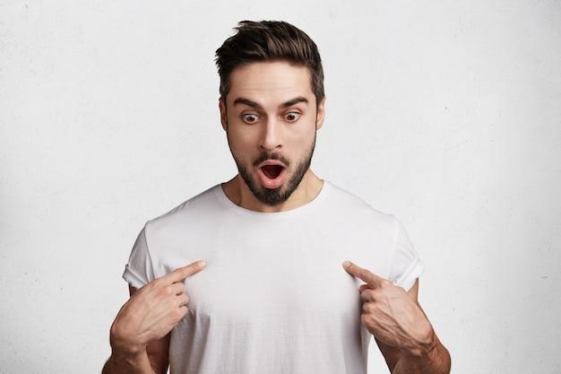 Knappe jonge man in wit t-shirt