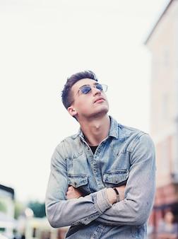 Knappe jonge man in zonnebril
