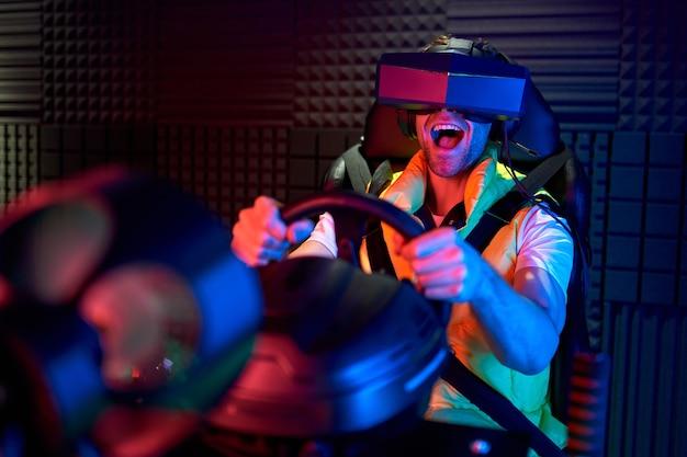 Knappe jonge man met een bril van virtual reality. vr, games, entertainment, toekomstig technologieconcept.