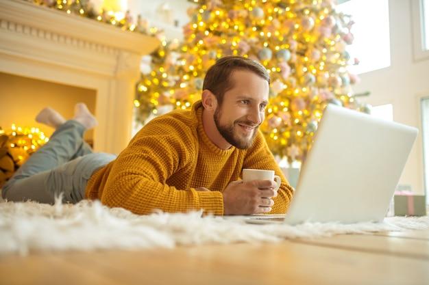 Knappe jonge man met een online date en zich gelukkig voelen