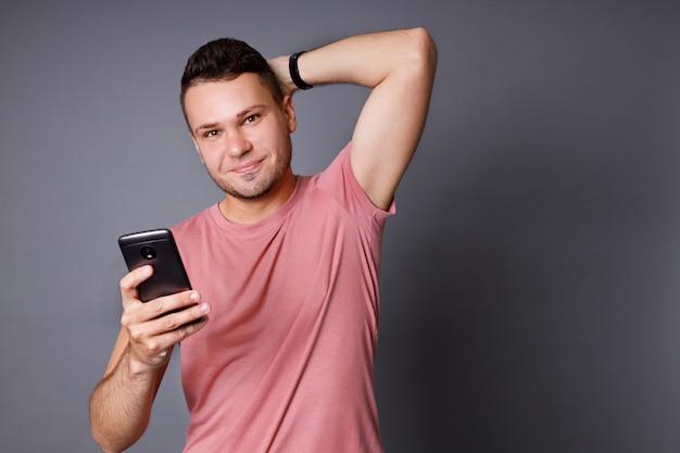 Knappe jonge man met een roze t-shirt