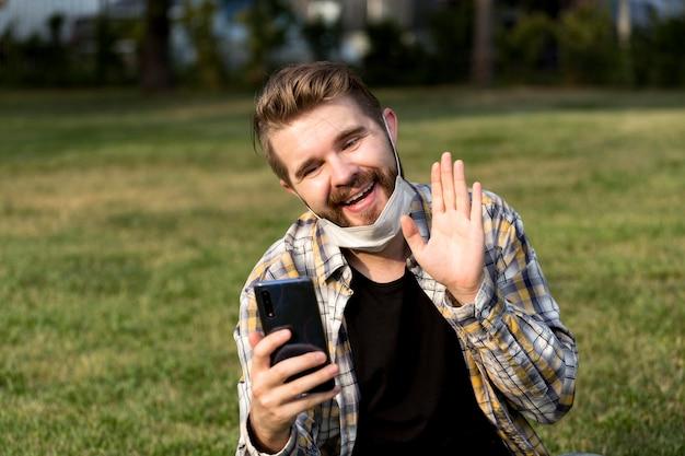 Knappe jonge man met een videogesprek