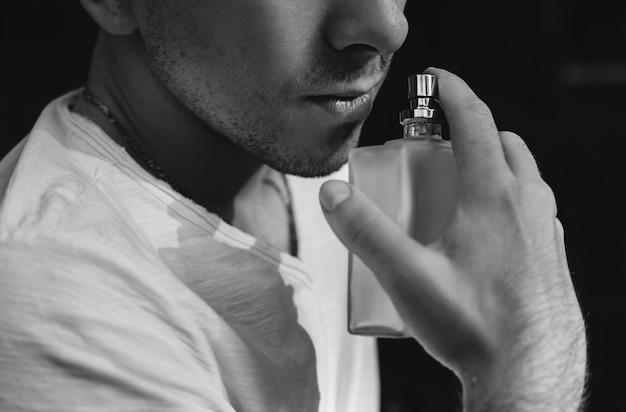 Knappe jonge man met parfum