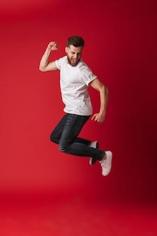 Knappe jonge man springen weergegeven: winnaar gebaar.