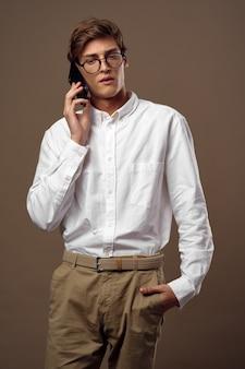 Knappe jonge mannelijke model in een stijlvolle pak poseren