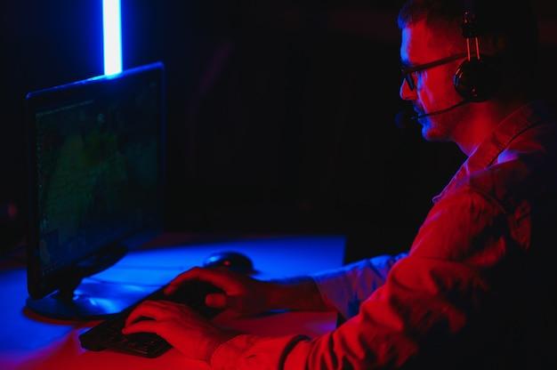 Knappe jonge mannelijke softwareontwikkelaar programmeercodes tijdens het thuiswerken