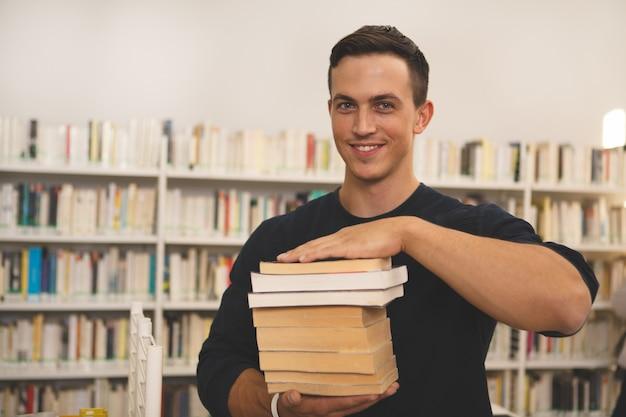 Knappe jonge mensenlezing bij de bibliotheek