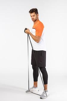 Knappe jonge sportman in activewear