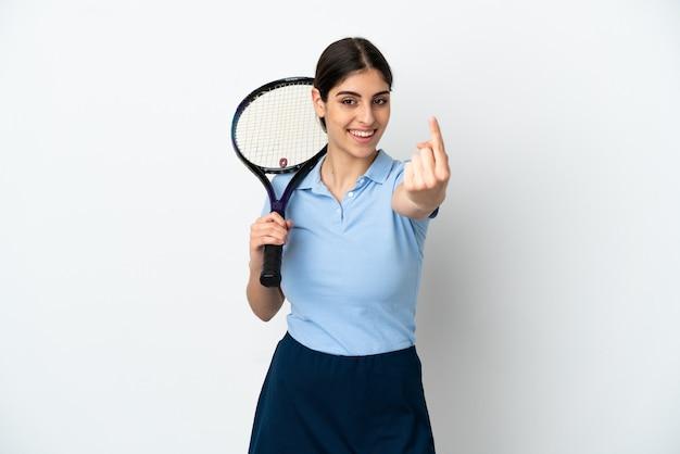 Knappe jonge tennisser blanke vrouw geïsoleerd op een witte achtergrond doen komende gebaar
