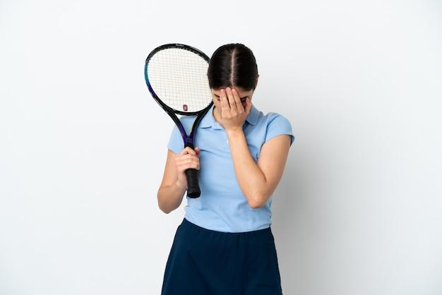 Knappe jonge tennisser blanke vrouw geïsoleerd op een witte achtergrond met vermoeide en zieke expression