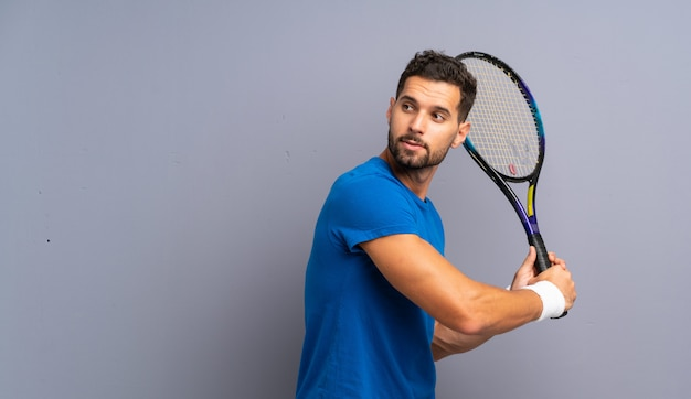 Knappe jonge tennisspeler man