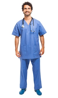 Knappe jonge verpleger die op wit wordt geïsoleerd