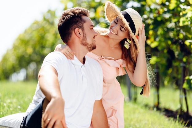 Knappe jonge vrouwen die echtgenoot van erachter op aard koesteren.