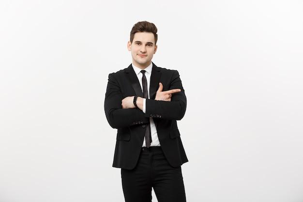 Knappe jonge zakenman gelukkige glimlach wijsvinger naar lege kopie ruimte, zakenman tonen wijzende kant, concept van advertentie product, geïsoleerd op witte achtergrond.
