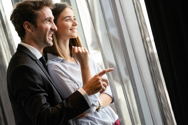 Knappe jonge zakenman legt zijn visie of idee uit aan collega