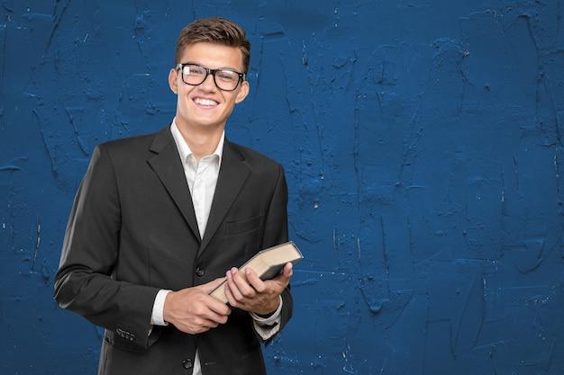 Knappe jonge zakenman met een boek