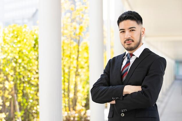 Knappe jonge zakenman poseren