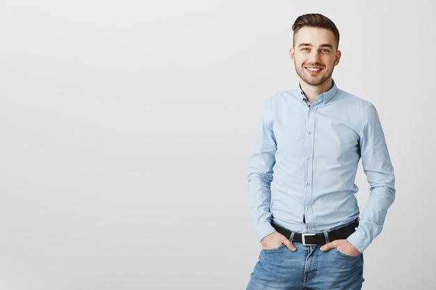 Knappe jonge zakenman zelfverzekerd glimlachen