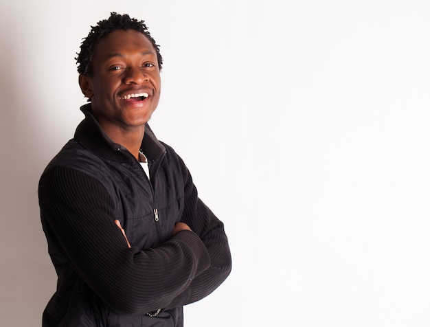 Knappe jonge zwarte man poseren